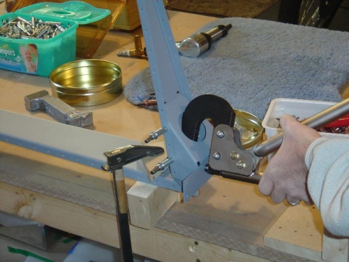 Riveting the angle reinforcement R-710 to the rudder horn. These can be blind riveted.