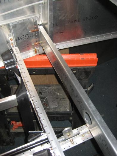 Rear spar carry through assembly to the right