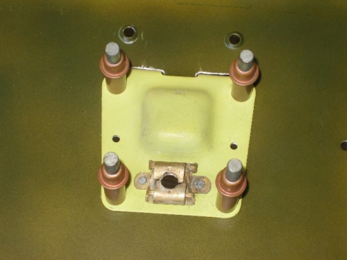 Floating receptacle in the closure plate.